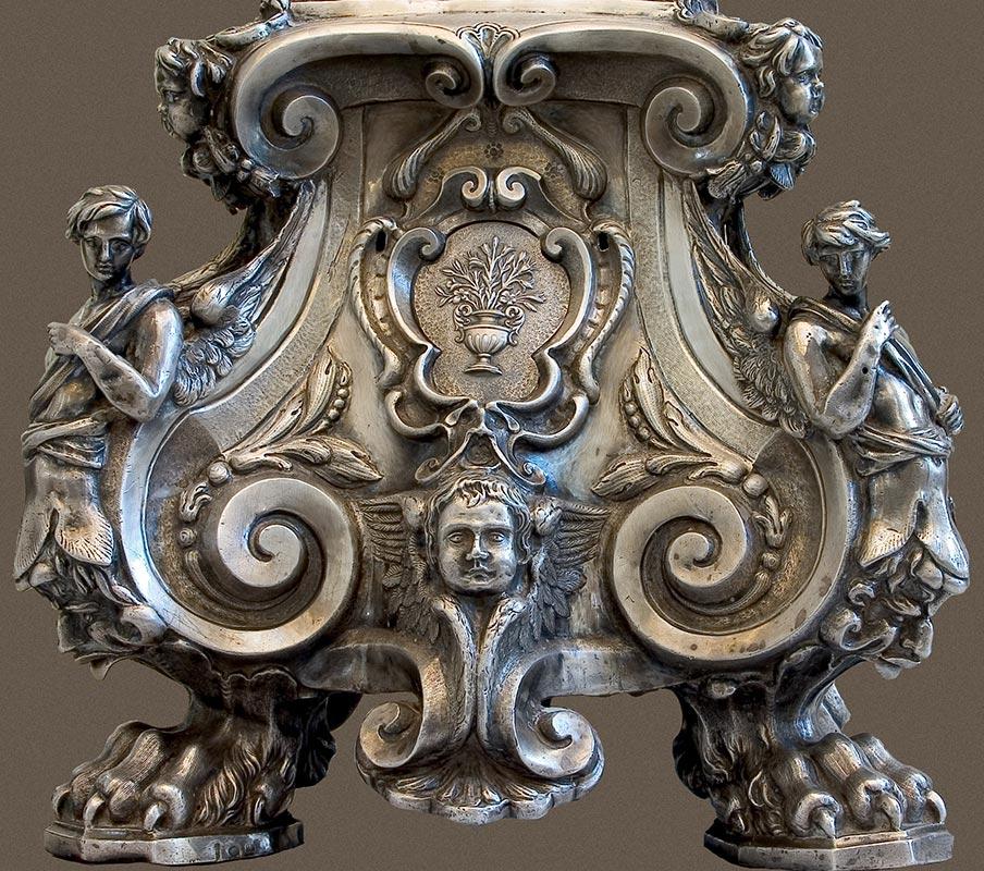XVII: CRUZ DE ALTAR CON SEIS CANDELEROS Detalle: Decoración de pie de candelero