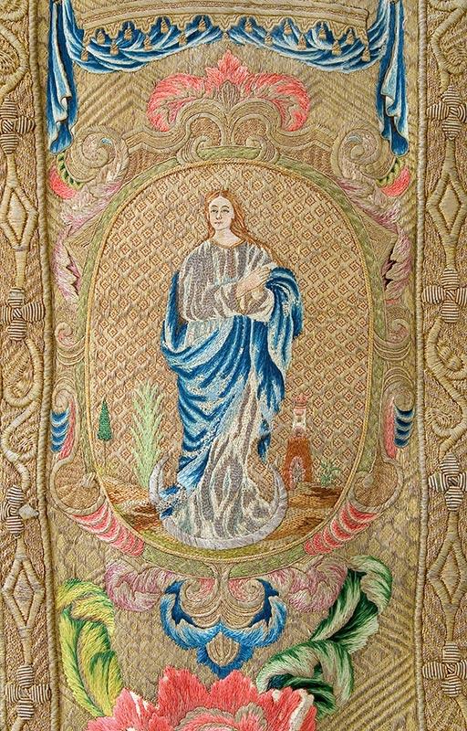 CASULLA DE TISÚ DE PLATA: DELANTERO Detalle: Inmaculada Concepción