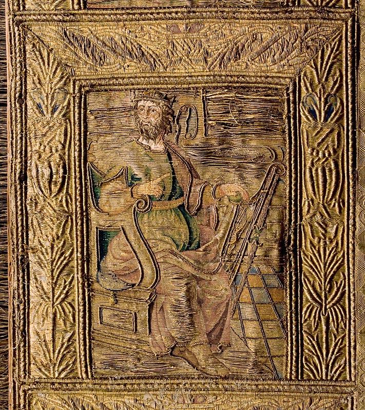 DAVID: REY, SALMISTA, MÚSICO, PROFETA Detalle del frontal del terno blanco de la Catedral (siglo XVI)