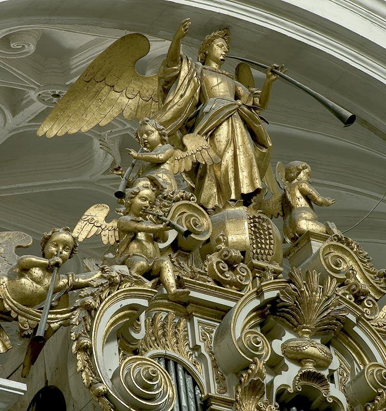 ÓRGANO DEL LADO DEL EVANGELIO Grupo escultórico: Granada y ángeles músicos
